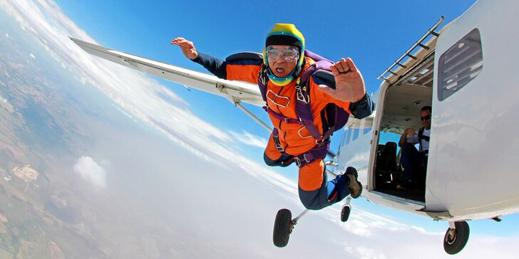 Staňte se parašutistou: výcvik zakončený samostatným seskokem z letadla