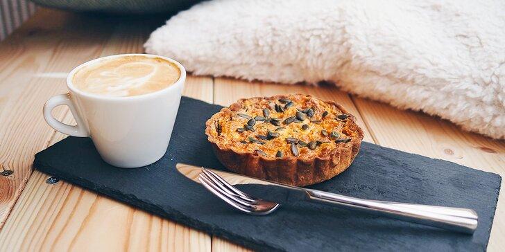 Káva a dezert v absintové kavárně: espresso, lungo, macchiato i flat white