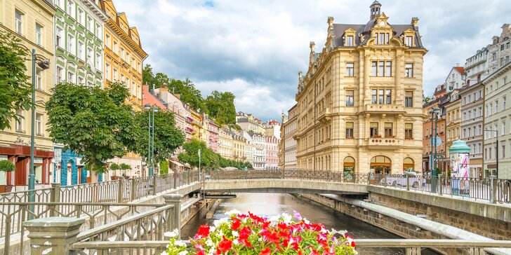 Zima nebo jaro v centru Karlových Varů se vstupem do bazénu a sauny