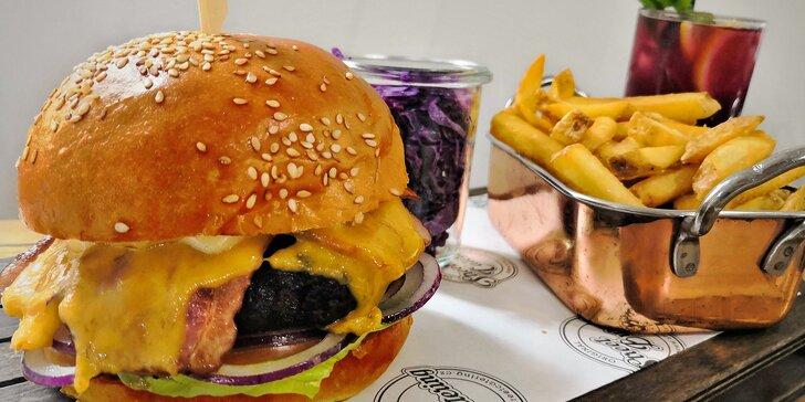 Burger menu na Malé Straně: hovězí, s trhaným vepřovým i pro vegetariány