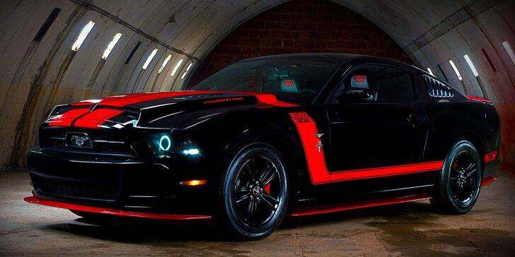 Celodenní zapůjčení upravené legendy Ford Mustang v červeno-černé barvě