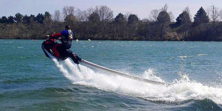 Proleťte se nad vodou: 10 i 20 minut řádění na létajícím vodním skútru