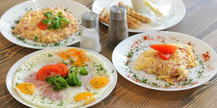 Snídaně: míchaná vajíčka, omeleta nebo hemenex + džus a káva či čaj