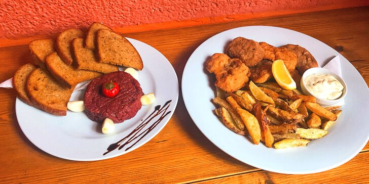 Plný talíř masa: 300 g vepřových a kuřecích řízečků, 200 g tataráku i přílohy