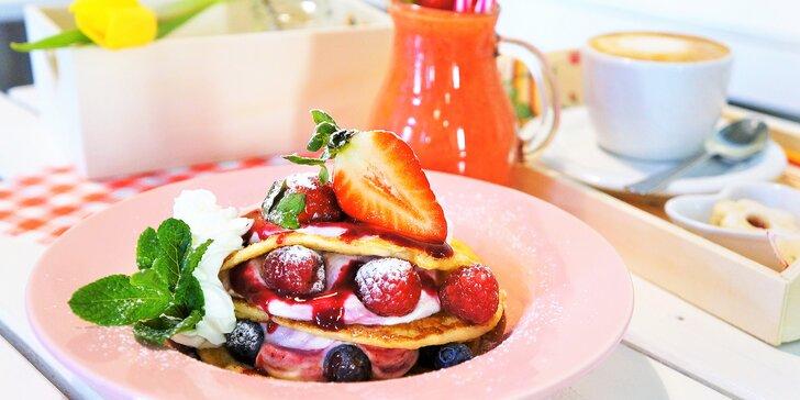 Snídaně jako od babičky: sandwich, lívance, jogurt s müsli a smoothie i fresh