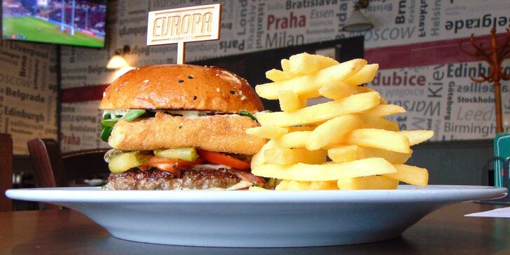 Burger Evropa s hovězím masem i smaženým sýrem a hranolky pro 1 či 2 os.