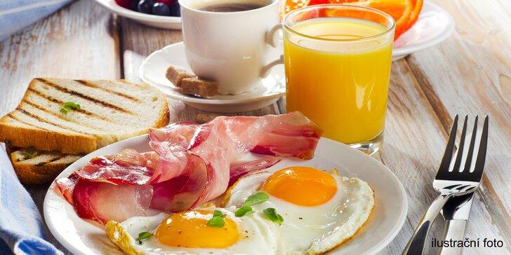 Snídaně pro lepší start dne: vajíčka, párky nebo tortilla, džus a káva nebo čaj