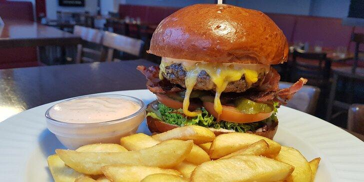 Výběr z burgerů pro 1 nebo pro 2: hovězí chilli, chicken burger i klasik