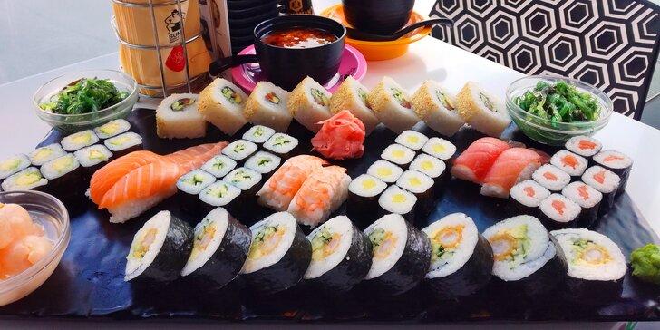 Sushi sety s rolkami maki, nigiri, krevetami, závitky, saláty i ovocem