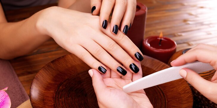 Péče o ruce: mokrá manikúra včetně P-Shine nebo suchá se Shellacem