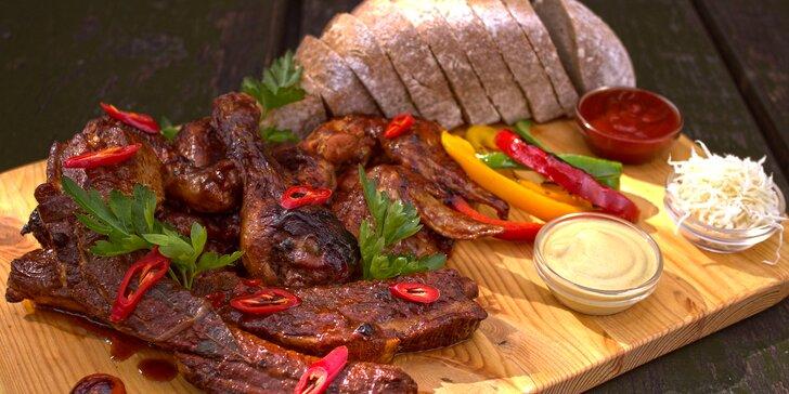 Pečínka k posezení pro partu i rodinu: masitá žebra i kuřecí křídla a paličky