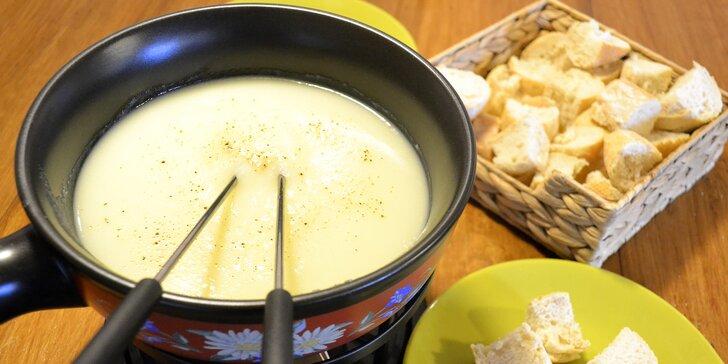 Švýcarské pokušení: sýrové fondue nebo raclette v Bali cafe pro 2 osoby