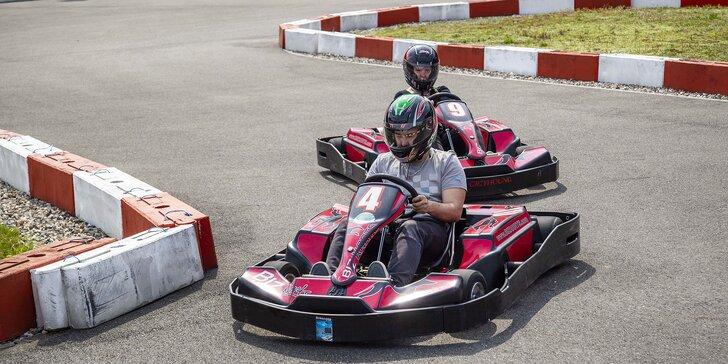 Sešlápněte pedál: dvě jízdy v elektrické motokáře na závodním okruhu