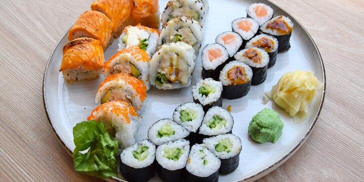 28 ks sushi pro 2 osoby: grilovaný losos, avokádo, okurka i krabí krém