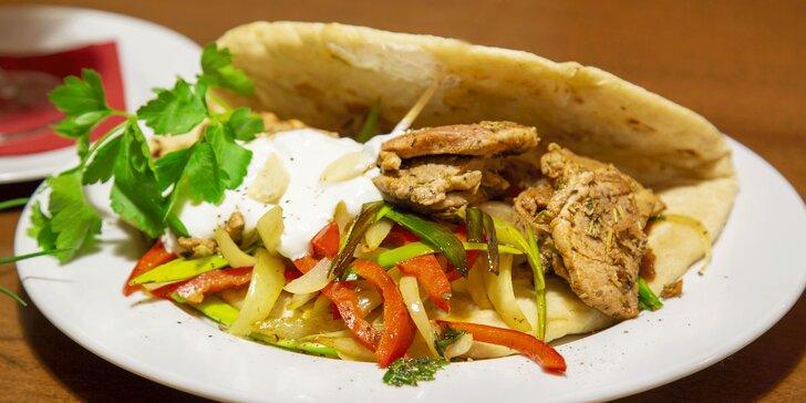 3chodové řecké menu: omeleta s olivami, gyros z panenky a řecký jogurt