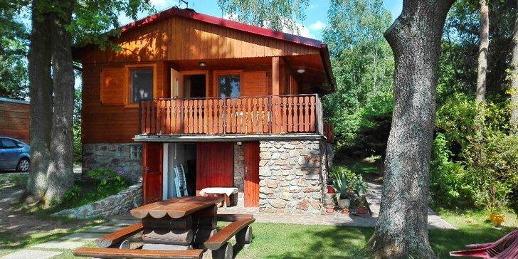 Pobyt v chatě v CHKO Třeboňsko: vybavená kuchyně, travnatá pláž u rybníka