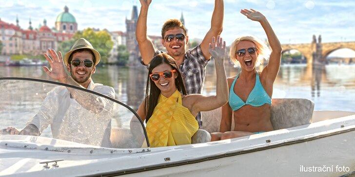 Plavba po Vltavě: zapůjčení člunu nebo lodě až pro 6 osob na 1 či 3 hod.