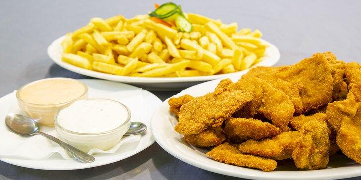 500 g kuřecích a 500 g vepřových řízečků s hranolky a 2 druhy omáček