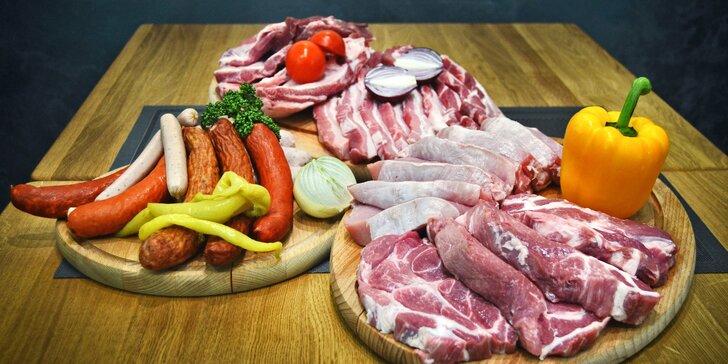Farmářská bedýnka plná masa: vepřové, klobásy i mleté hovězí na gril