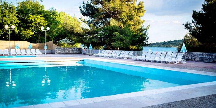 Dovolená v Chorvatsku: ubytování s bazénem, polopenzí + až 2 děti zdarma