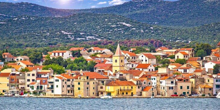 Jednodenní koupačka na krásných plážích chorvatského Pirovacu