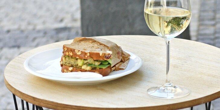 Sklenka vína a sendvič dle výběru pro 1 nebo 2 osoby v kavárně Mezičasy