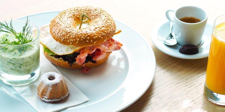 Ráno v oblacích: bohatá snídaně a vstup na vyhlídku Žižkovské věže