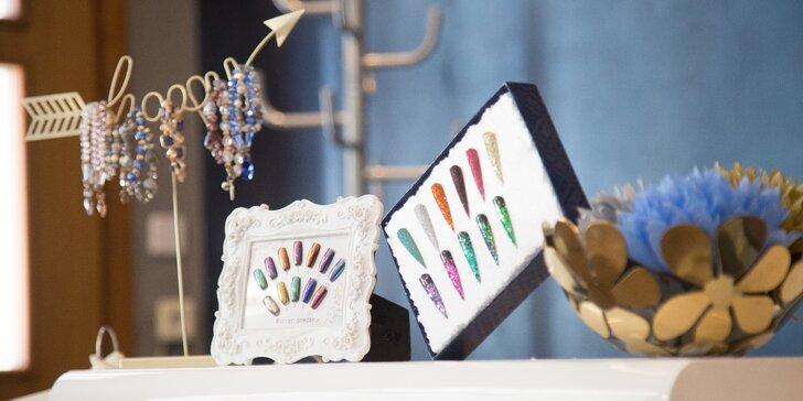 Manikúra s lakováním a masáží nebo modelace gelových nehtů