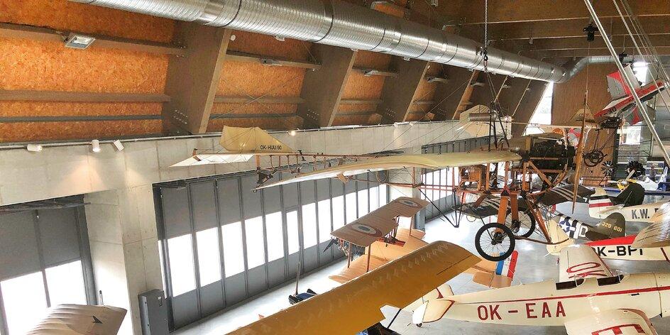 Do muzea, kde si děti zkusí řídit letadlo a vy seskok padákem