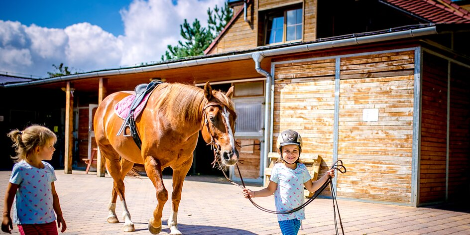 Vyrazte na Ranč Kostelany: bydlet v teepee, házet tomahawkem a za koňmi až do stájí