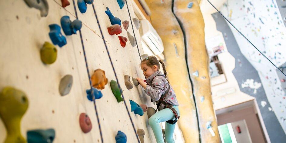 Kde se vyřádí děti i rodičové? Na lezecké stěně v Českém ráji!