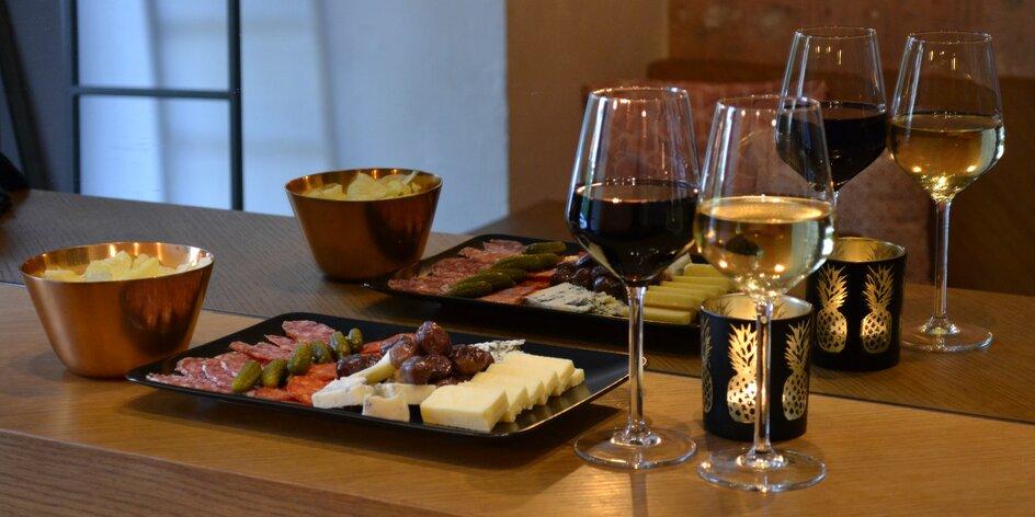 Příjemné posezení: 2 sklenky vína a delikatesy