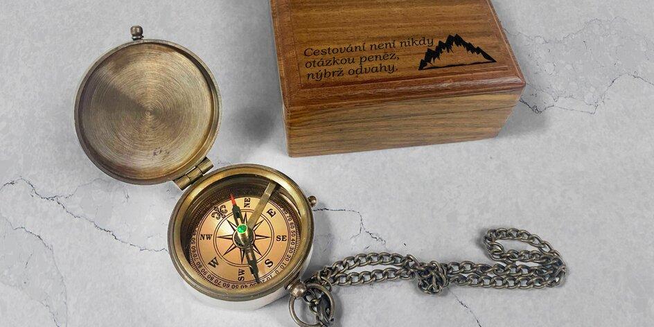 Vintage kompas ve zdobné kazetě s vlastním textem