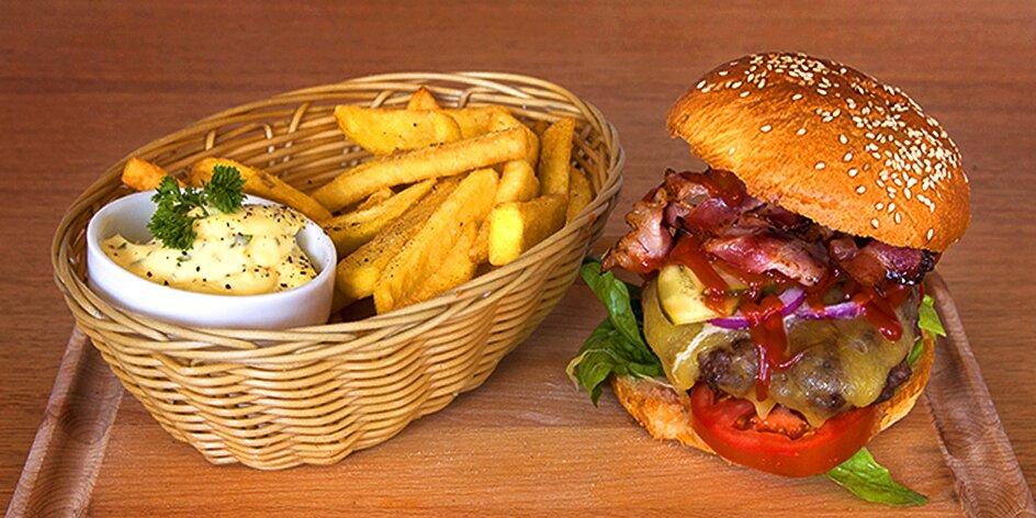 Šťavnatý burger s hovězím a steakovými hranolky