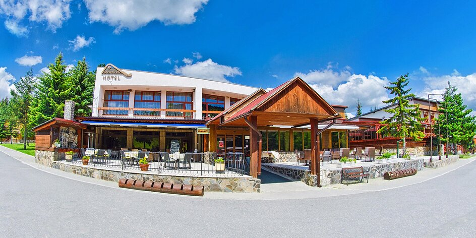 Jaro nebo léto v horském hotelu: bazén i sauny
