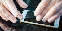 Tvrzené sklo, kryt a držák na mobily iPhone a Samsung