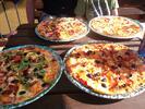2 křupavé pizzy poseté lahodnými ingrediencemi