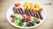 Balkánská bašta: Čevabčiči s brambory a ajvarem