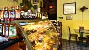 Domácí dort a šálek kávy v kavárně Šlágr