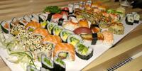 Chutné sushi sety plné barevných rolek