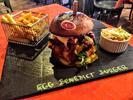 Dva burgery s přílohou a hodina bowlingu