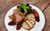 Talíře plné masa: steaky, panenky i klobásy