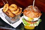 Burger s hranolky nebo cibulovými kroužky