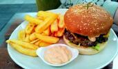 2 miniburgery s masem od řezníka a hranolky