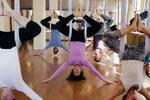 Hodinová lekce jógy v závěsných sítích