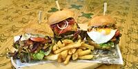 Burger dle výběru a hranolky ve stylovém podniku