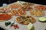 Pizza ozdobená čerstvými italskými surovinami