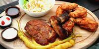 3 druhy pečínky + přílohy, omáčky a zelenina