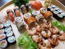 Sushi sety s wasabi, zázvorem a salátem