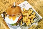 Burgerové menu pro 1, 2 nebo 4 osoby: výběr ze tří burgerů a porce hranolků